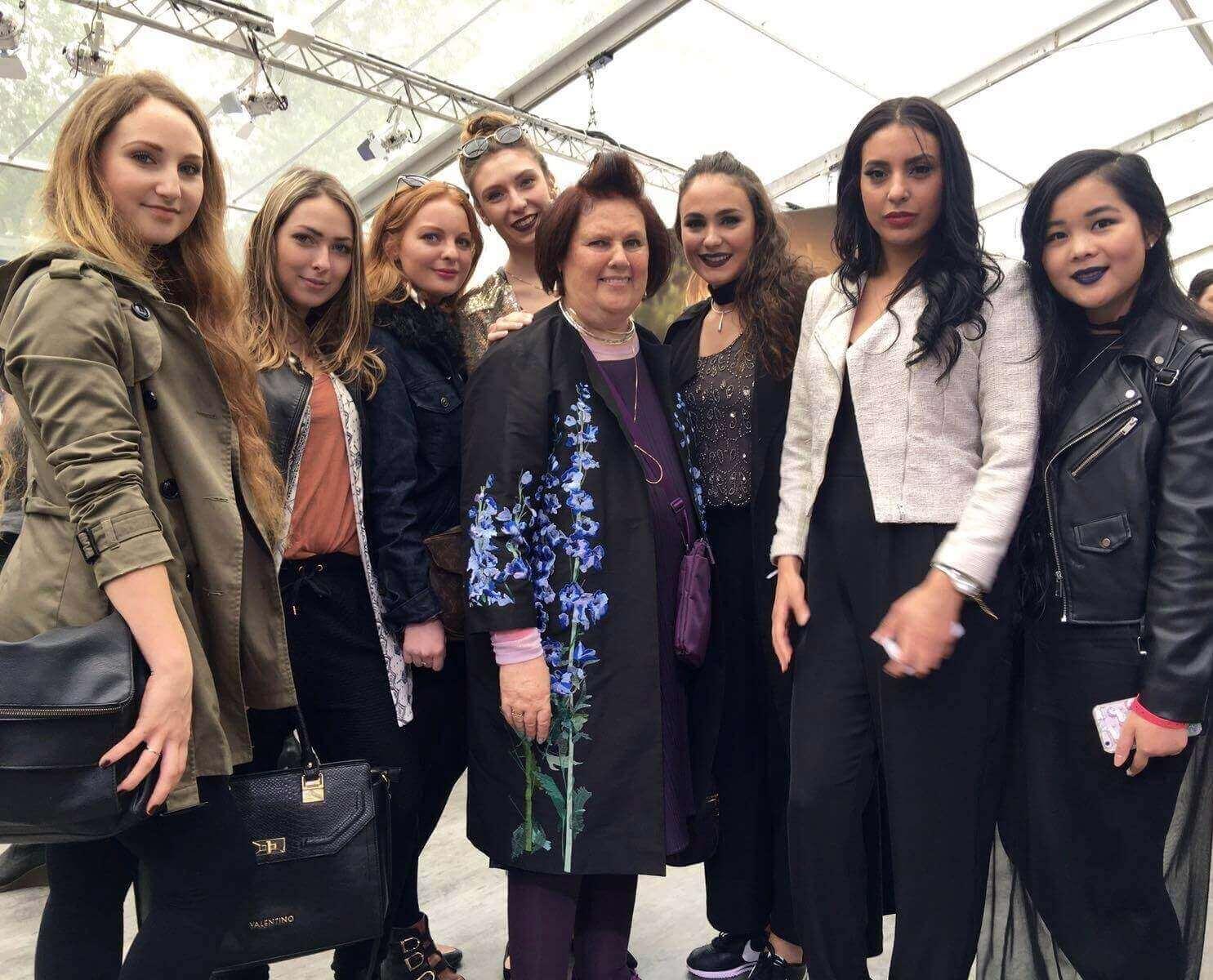 Suzy Menkes mit den Studenten